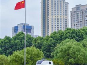 湖北武汉:请戴上口罩,不要聚集……无人巡逻警车当起防疫宣传员